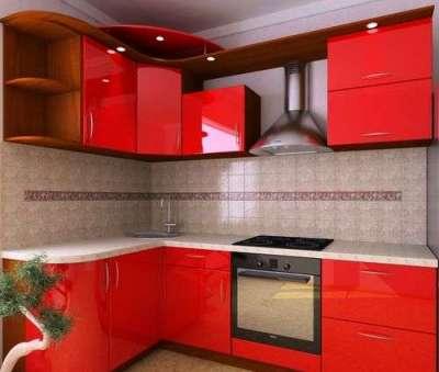 бежевый фартук на фоне красной кухни