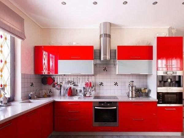 красный глянцевый фасад в интерьере кухни