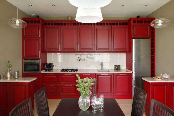 тёмно красный гарнитур в интерьер кухни