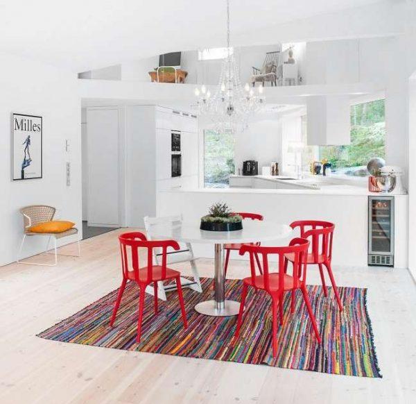 красные стулья в интерьер белой кухни