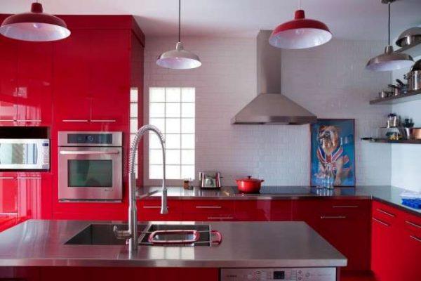 красный гарнитур в интерьер кухни с белыми стенами