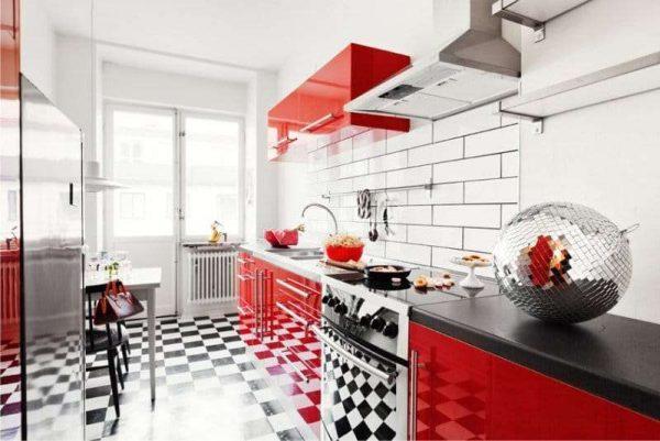 красно белая кухня с полом шахматы