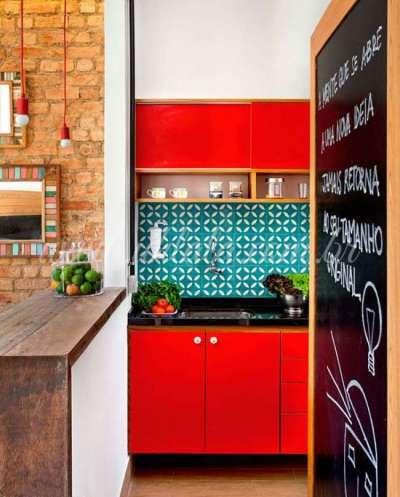 красный с голубым фартуком в интерьере кухни