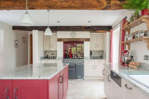 красный островной стол в интерьере кухни