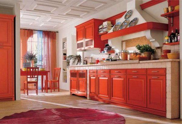 красный гарнитур в интерьере кухни в классическом стиле