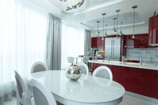красный гарнитур в интерьере белой кухни