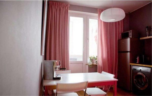 красные шторы в интерьере кухни