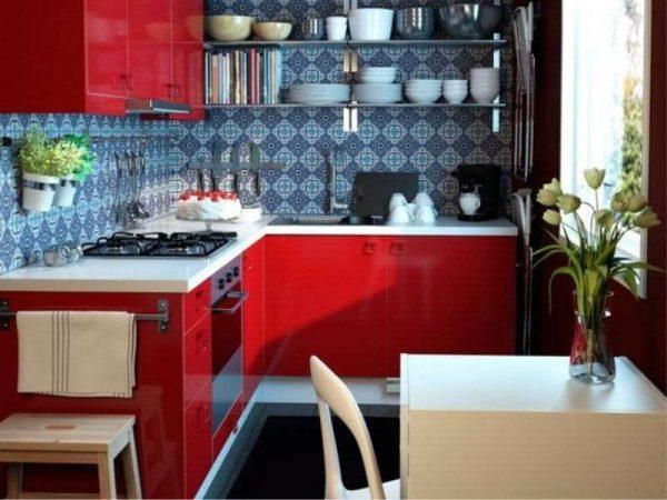 красная кухня с серым фартуком из кафеля