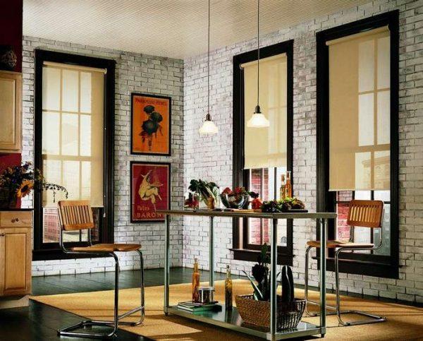 на окне кухни рулонные шторы в стиле лофт