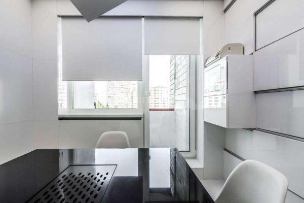 шторы рулонные на окне кухни минимализм