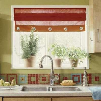 короткие занавески на окне кухни с цветами