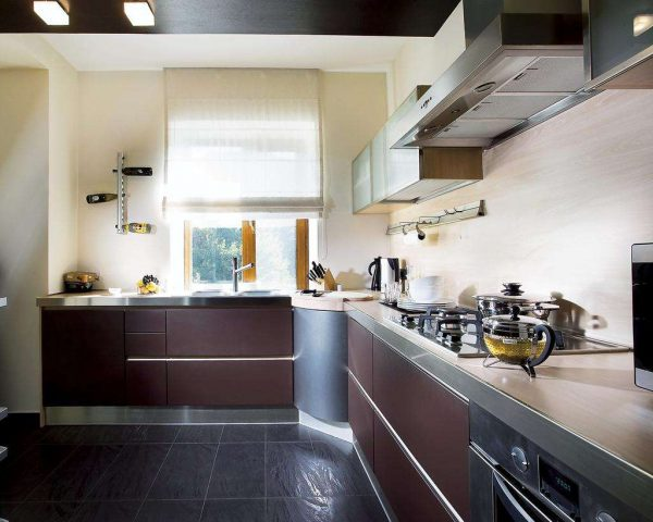 шторы из льна на окне кухни
