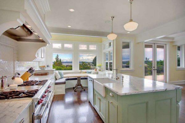 рулонные шторы в эркере кухни
