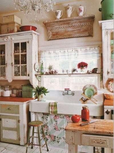 короткая штора прованс на окне кухни