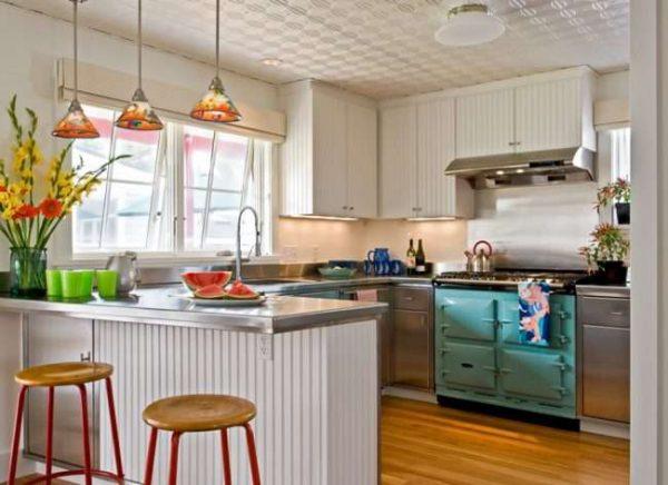 ламинат на полу в интерьере кухни в деревянном доме