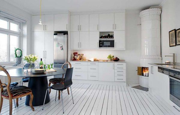 интерьер кухни в деревянном доме в скандинавском стиле