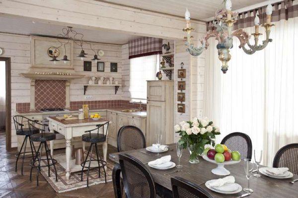обеденная группа в деревянном доме на кухне
