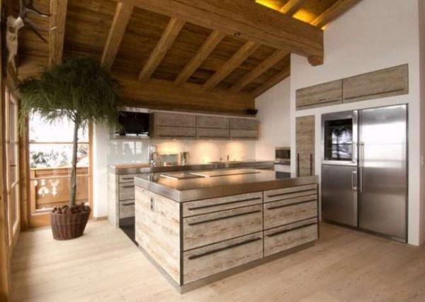 кухня под скатной крышей в деревянном доме