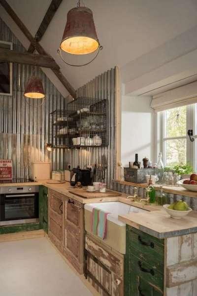 кухня у окна в деревянном доме