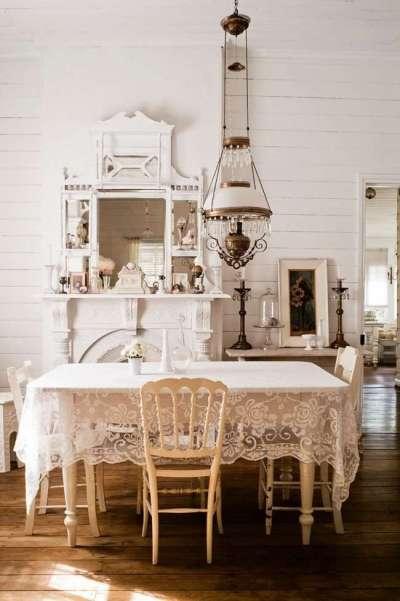 покрашенные белые стены на кухне в деревянном доме