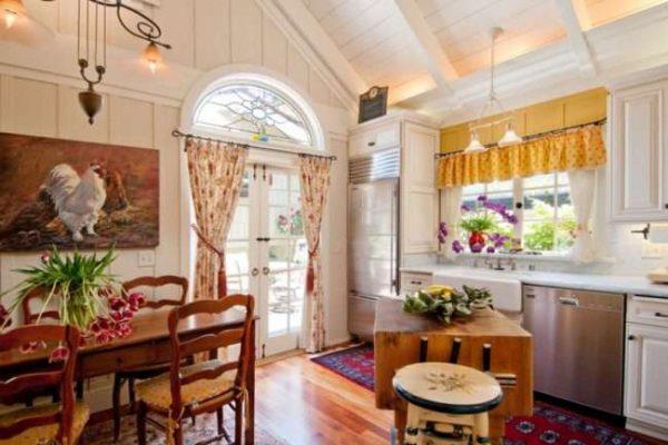 романтичная кухня в деревянном доме
