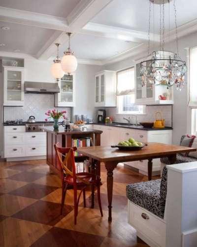 интерьер кухни в деревянном доме с потолком из гипсокартона