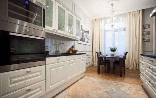 интерьер кухни в классическом стиле с керамогранитом на полу
