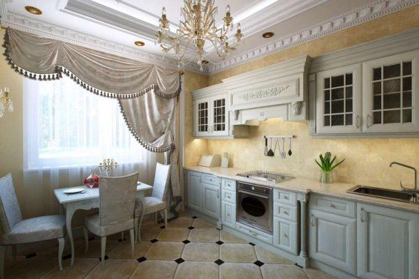 интерьер кухни в классическом стиле с лепниной на потолке