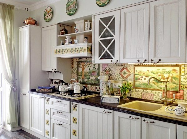 керамическая плитка на фартуке в интерьере кухни в классическом стиле
