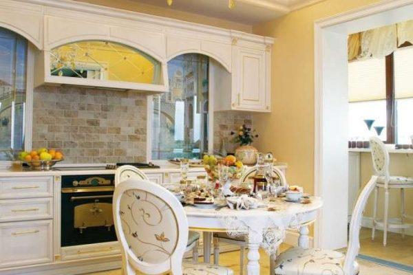 круглый стол в интерьере кухни классика