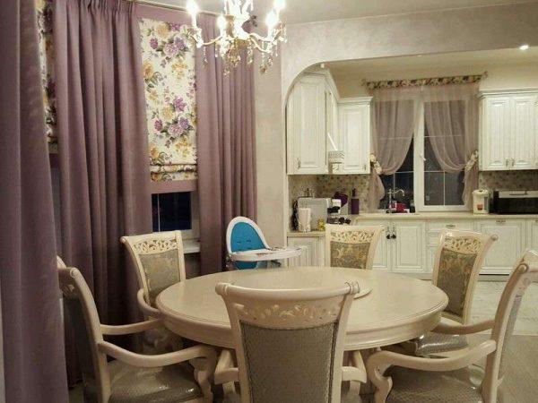 круглый стол на кухне в классическом стиле