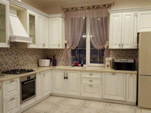 рабочая зона у окна на кухне в классическом стиле