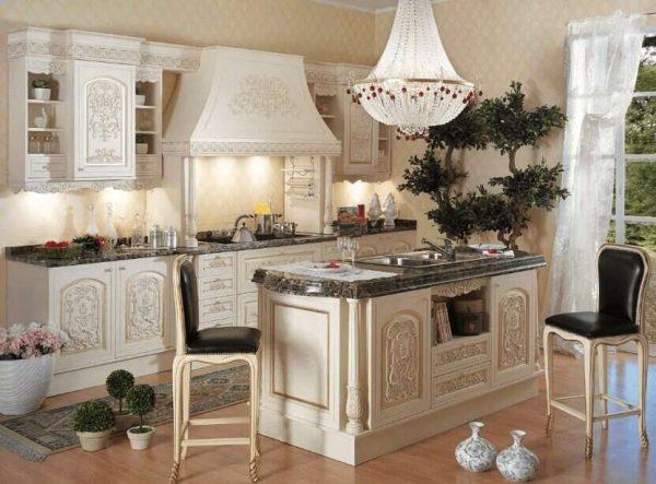 хрустальная люстра на кухне в классическом стиле