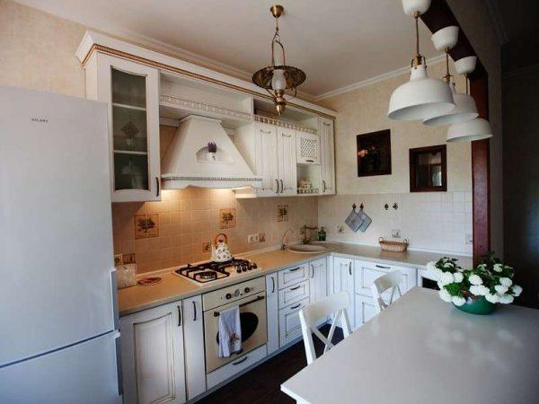 белый гарнитур на кухне в классическом стиле