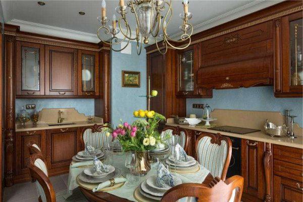 интерьер кухни в классическом стиле с голубыми стенами