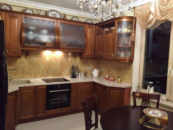 массивный кухонный гарнитур из дерева в классическом стиле
