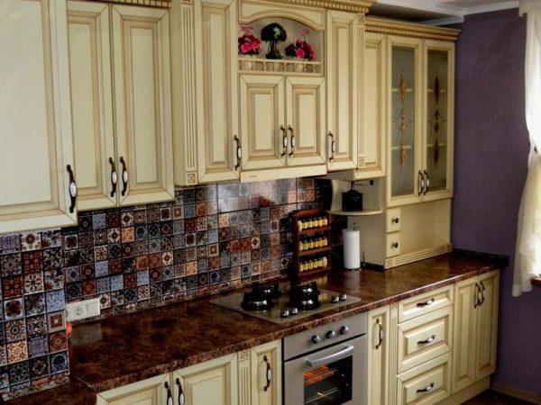 фартук из кафеля разноцветного на кухне в классическом стиле