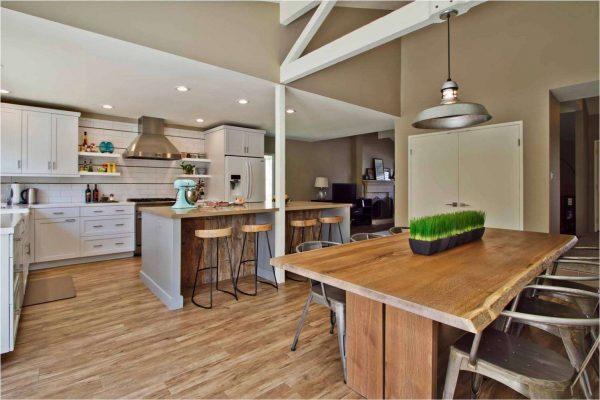 интерьер кухни в классическом стиле с ламинатом на полу