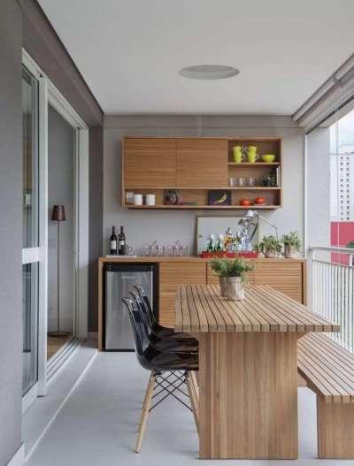 маленькая кухня в однокомнатной квартире на балконе