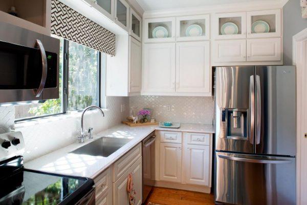белая кухня в однокомнатной квартире