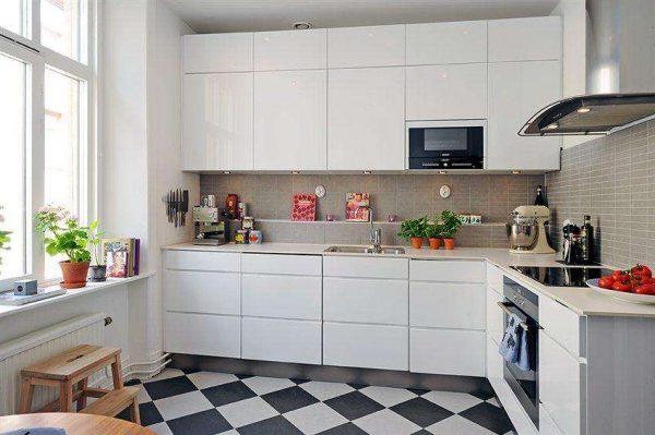 белая кухня с полами шахматами в однокомнатной квартире