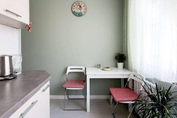 Интерьер кухни в однокомнатной квартире со столом в углу