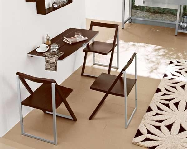 Интерьер кухни в однокомнатной квартире со столом и стульями трансформер