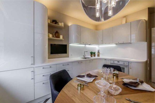 закруглённые концы гарнитура на кухне в стиле хай тек