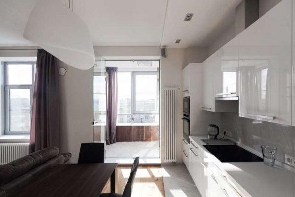 глянцевые белые фасады на кухне в стиле хай тек