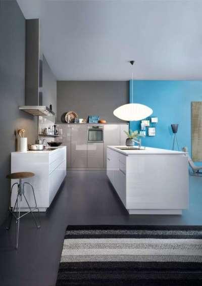 интерьер кухни в стиле хай тек с голубой стеной