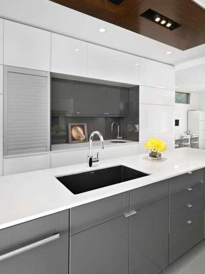 мойка в интерьере белой кухни в стиле модерн
