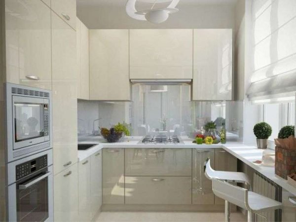 интерьер белой кухни в стиле модерн