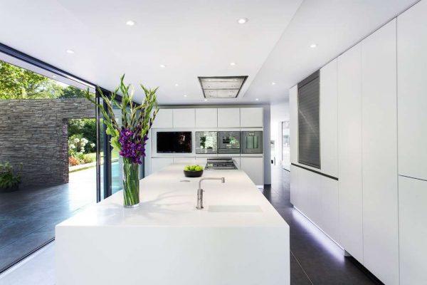 просторная кухня в стиле модерн