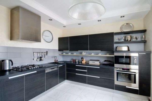 интерьер кухни в стиле модерн с плиткой на полу